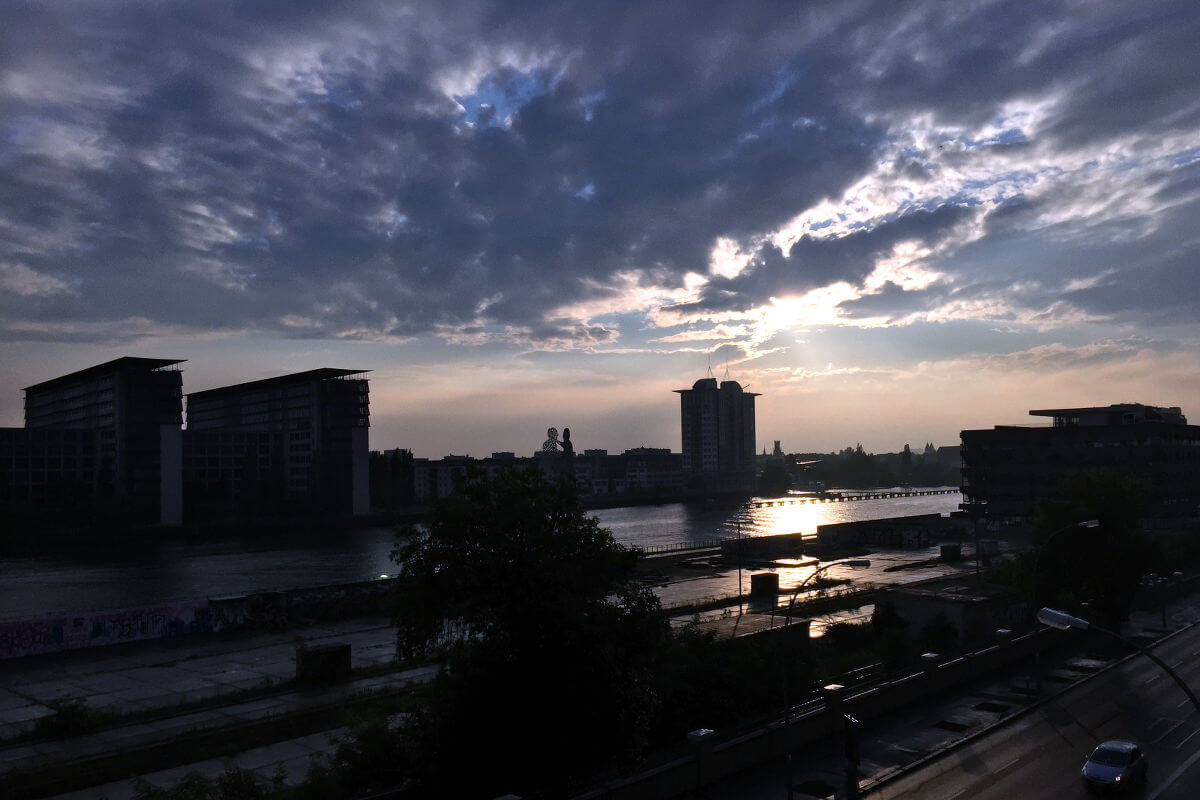 sonnenuntergang über der spree in berlin