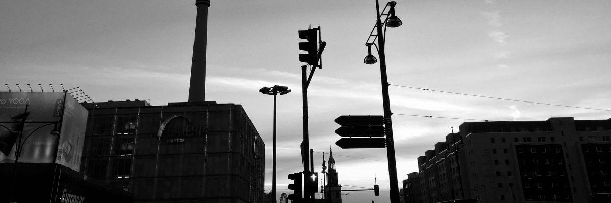 Berlin Mitte mit untergehender Sonne, Alexanderplatz in Schwarz-Weiß
