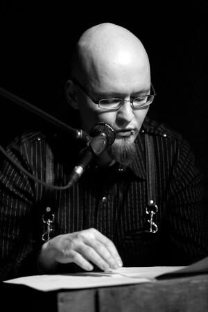 Sascha Dinse während einer Lesung. Foto: Jörg Merlin Noack Fotografik