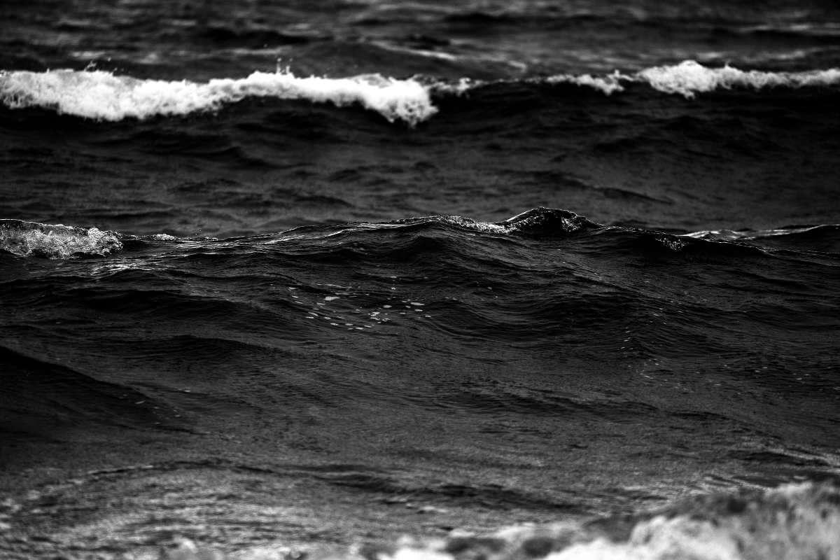 wellen auf dem meer, schaumkämme, schwarz-weiß