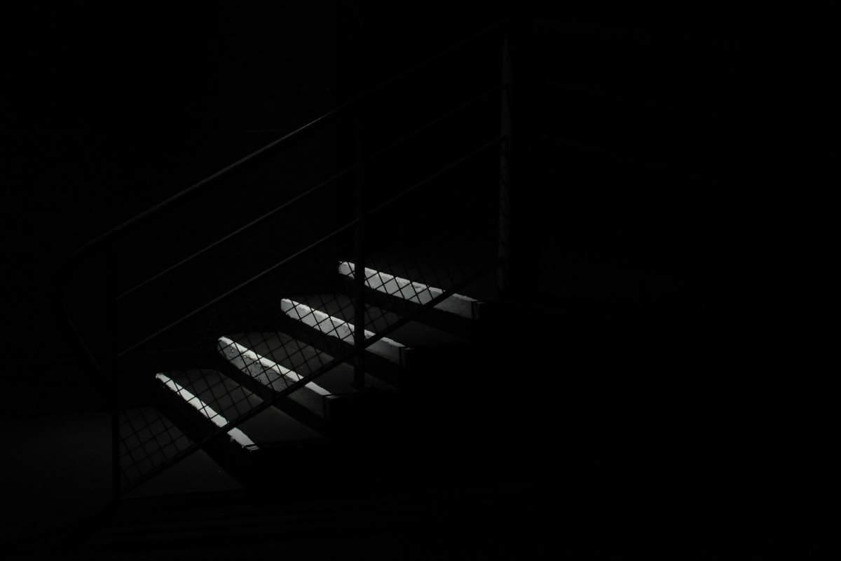 treppenstufen in der dunkelheit
