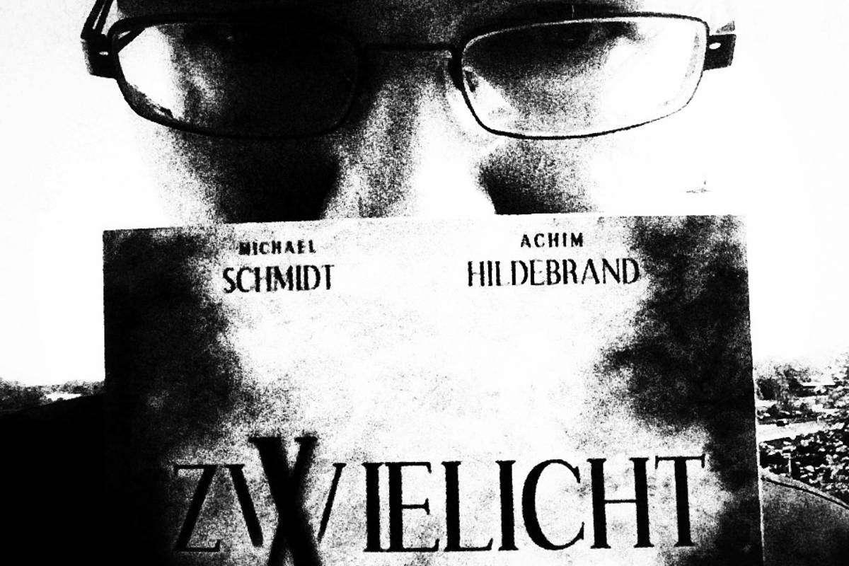 """Sascha Dinse hält die Zwielicht-Single 1 in Händen. Diese enthält von ihm die Horrorgeschichten """"Isabelle"""" und """"Endstation"""""""