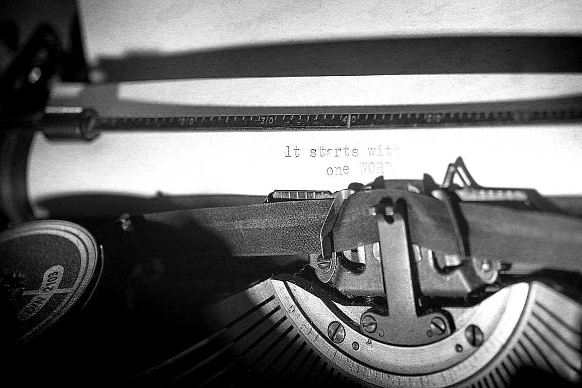 Schreibmaschine mit einem eingespannten Blatt Papier darin